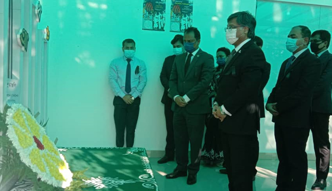 শহীদ দিবস ও আন্তর্জাতিক মাতৃভাষা দিবসে বাংলাদেশ হাইকমিশনের শহীদ মিনারে পুস্পস্তাবক অর্পণ